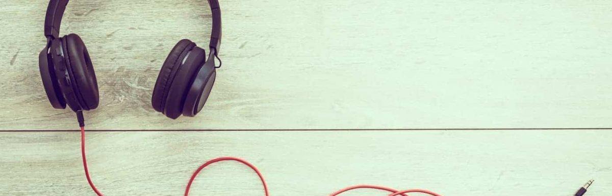 Cum să asculți podcasturi – Aplicații esențiale